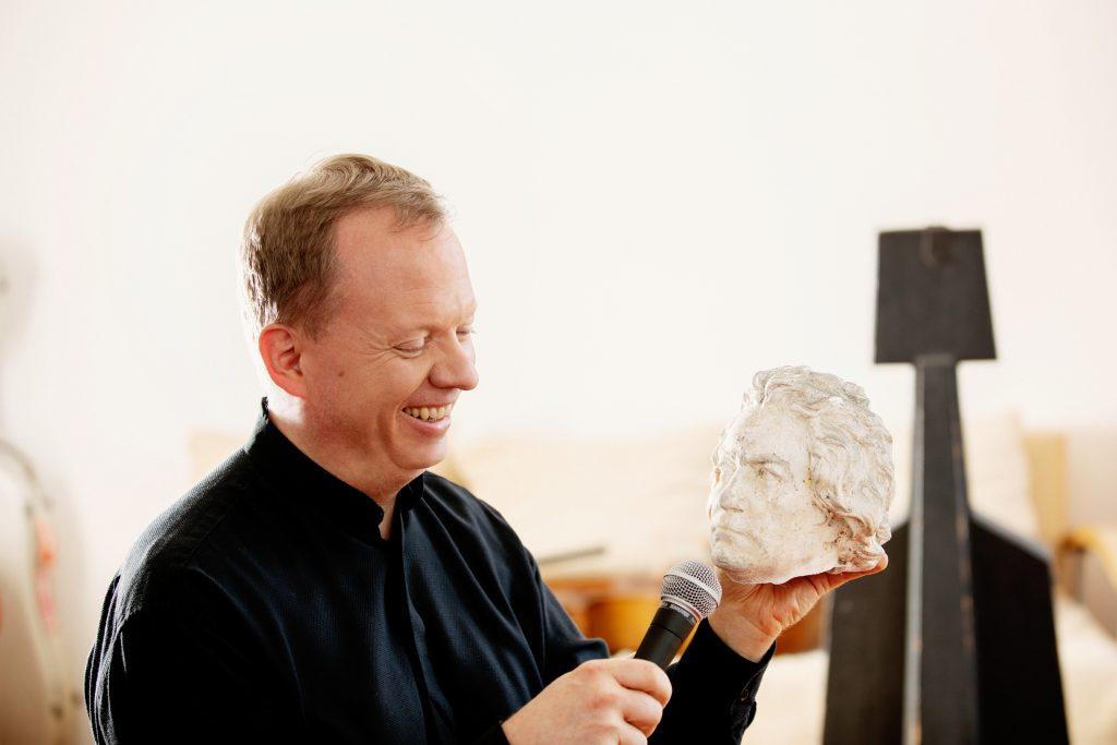 Christoph Stradner mit Beethovens Kopf