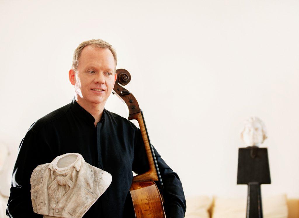 Christoph Stradner mit kopflosem Beethoven
